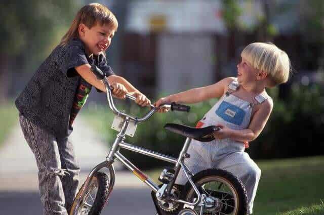 Opeta lapsesi toimimaan oikein, kun toinen lapsi lyö