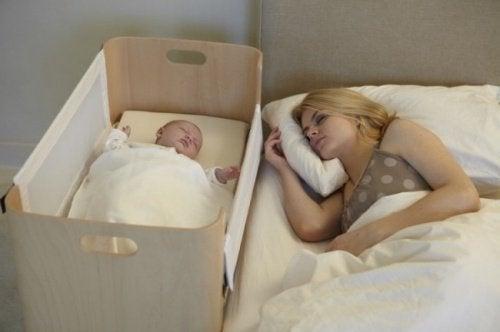 Vauva nukkuu vain sylissä