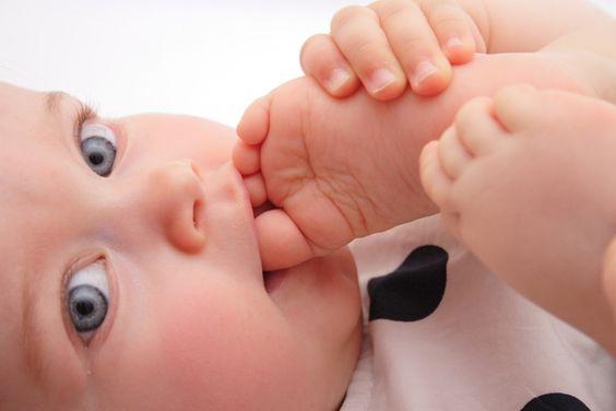 Paljasvarpaiset vauvat: onnellisempia ja älykkäämpiä?