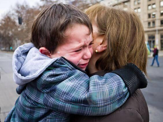 Miksi jotkut lapset käyttäytyvät huonommin äidin seurassa?