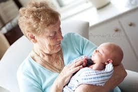Isoäidin ja lapsenlapsen ensimmäinen kohtaaminen on täynnä tunteita.