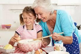 Isoäiti on tärkeä lapsenlapsen elämässä.