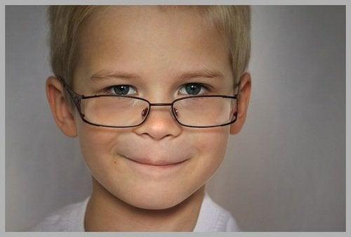 silmälasipäinen pikkupoika