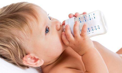 Miksi vauvojen ei tulisi juoda vettä ennen 6 kuukauden ikää?