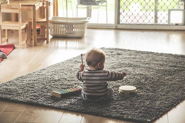 Miksi vauvat heittävät kaiken lattialle?
