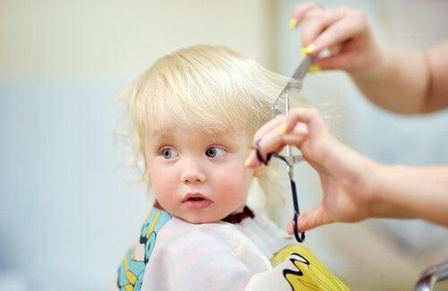 vauvan hiustenleikkuu