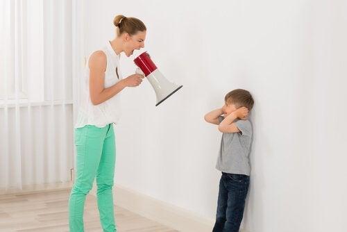 lapselle huutaminen