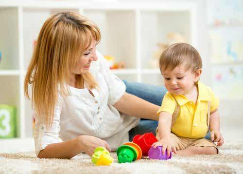 Vauvan 8. kuukausi: on aika tutkimiselle ja kokeilemiselle