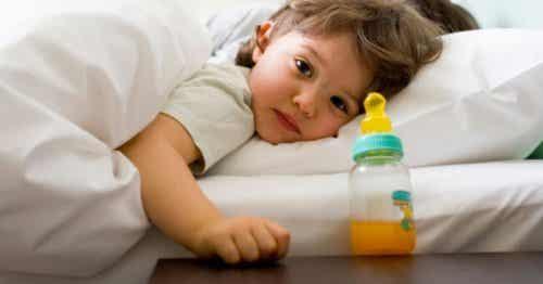 Miksi lapsi pyytää vettä nukkumaan mennessään, mutta tuskin juo sitä?