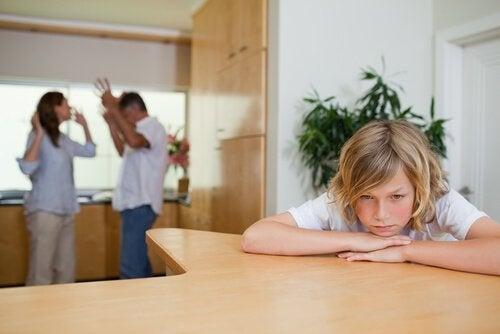 Lasten edessä riiteleminen vahingoittaa lapsen tunne-elämää