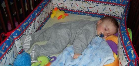 Mitä tehdä, jos lapsi ottaa peiton päältä pois öisin?
