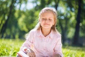 Hermostunut lapsi rauhoittuu kun ilmapallotekniikka on käytössä