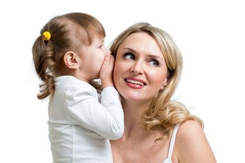 Tyttö puhuu äidille