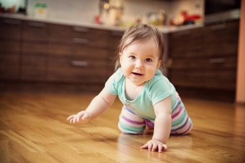Vauva ryömii lattialla