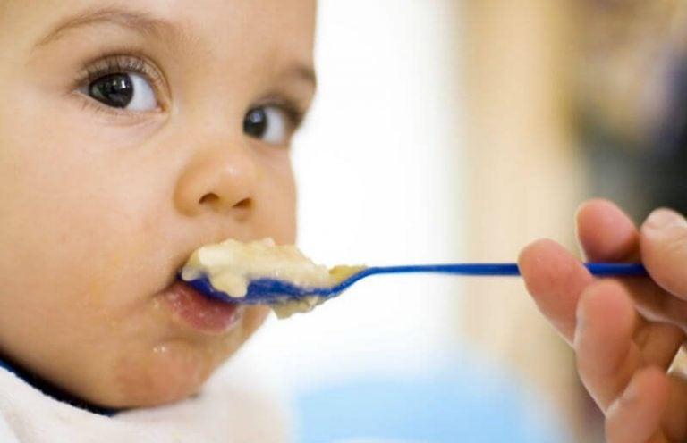 Mitä kiinteää ruokaa vauvalle voi antaa ja milloin?