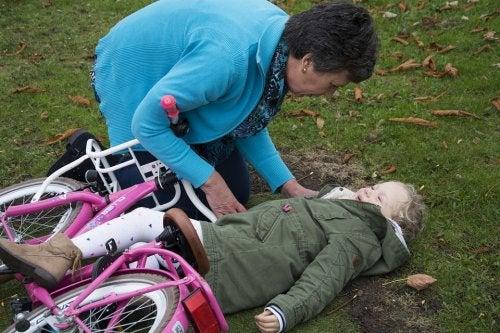 Lapsi kaatui pyörällä ajaessaan
