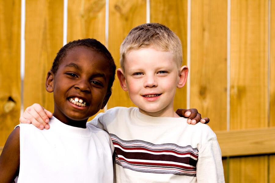 Kaksikielisten lasten kasvattaminen luo ystävyyttä.