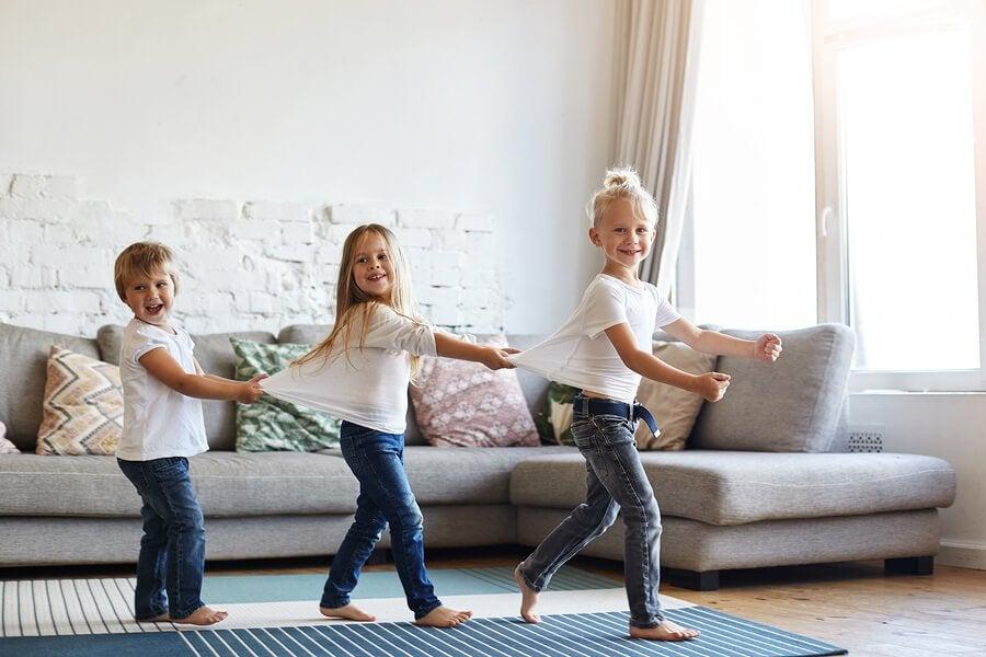 Tekeekö paljain jaloin kävely hyvää lapselle?