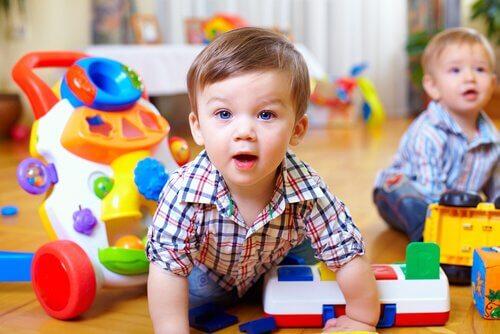 Vauvan motoristen taitojen stimulointi muutaman harjoituksen avulla