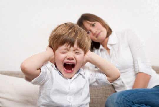 Taaperon uhmaikä: Kuinka käsitellä kiukuttelevaa 2-vuotiasta?