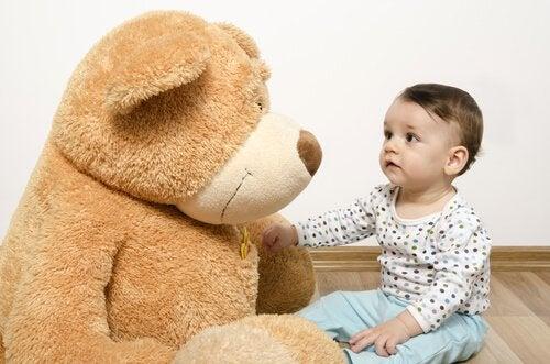 Vauva ja iso pehmonalle