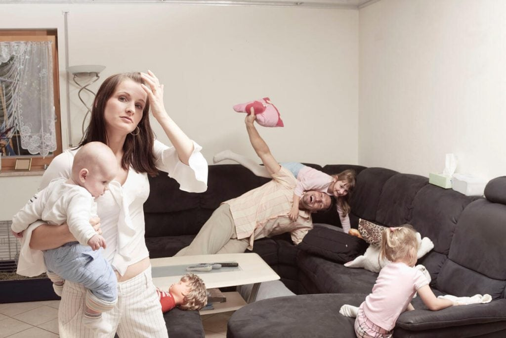 Miksi äiti stressaa usein isää enemmän lastenhoidon suhteen?