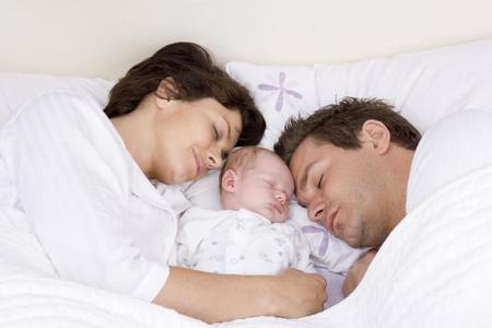 Mitä yhdessä lapsen kanssa nukkuminen tarkoittaa parisuhteelle?
