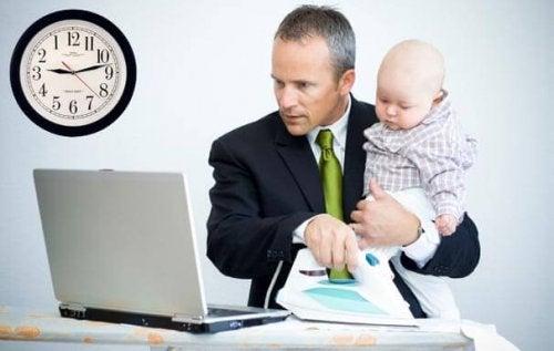 Miten tuoreet äidit ja isät sopeutuvat vanhemmuuteen?