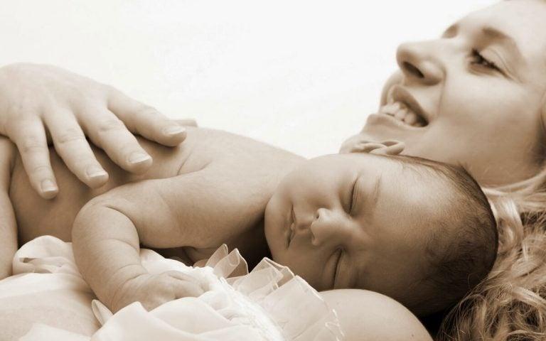 Kiintymyssuhdeteoria: Miksi lapsen halaaminen on niin tärkeää?