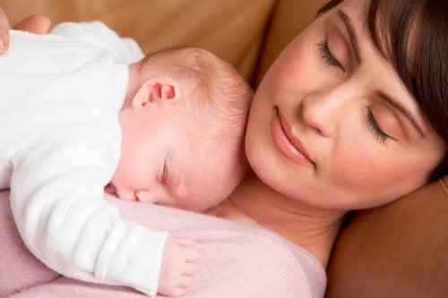 Vauvan ihanteellinen nukkuma-asento yhdistää mukavuuden ja turvallisuuden