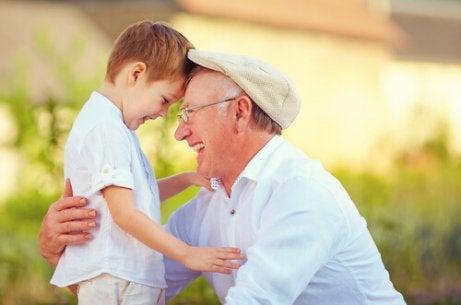 Isoisä, mies, jolla on harmaa pää ja kultainen sydän