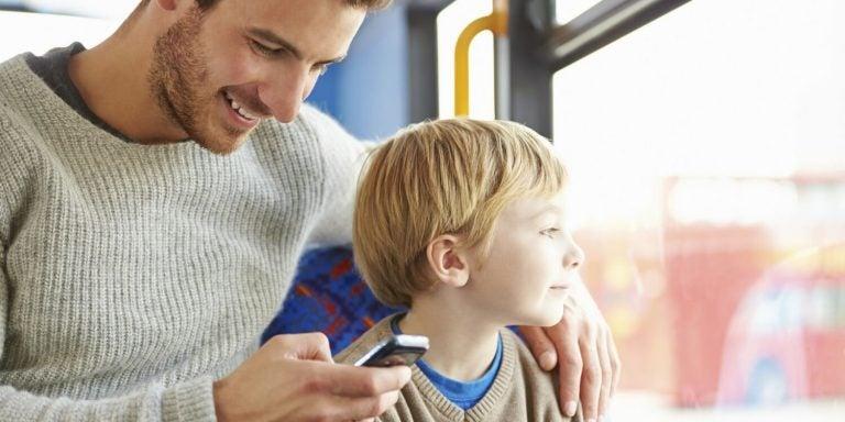 Milloin vanhempien puhelinriippuvuus alkaa haitata lasta?