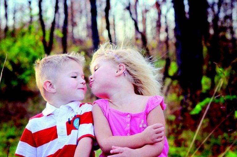 Älä pakota lasta suukottamaan tai halaamaan ihmisiä