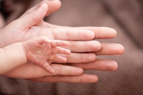 Sattuuko tytön synnyttäminen vähemmän kuin pojan?