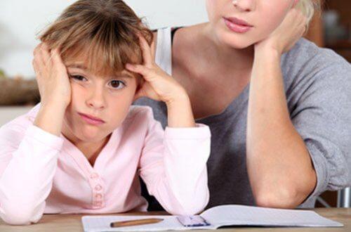 Vaativan äidin lapsi valmistuu muita todennäköisemmin yliopistosta