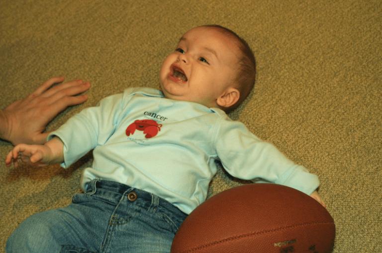 Kuinka toimia, jos vauva putoaa lattialle?