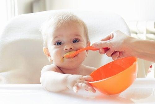 Milloin ja miten vauvalle annetaan kiinteää ruokaa?