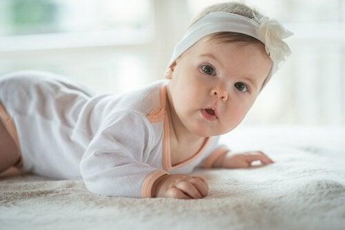 Vauvan kuudes elinkuukausi ja puolikiinteiden ruokien aloitus