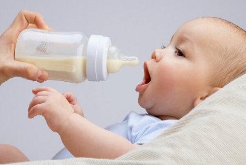 Vauvan yhdistelmäruokinta eli äidinmaidon ja korvikkeen yhdistäminen