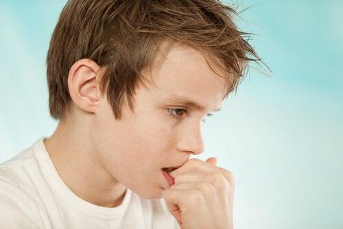 Miksi lapsi pureskelee kynsiään?