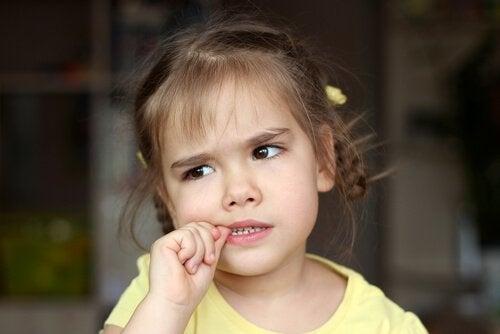 Milloin lapsen kynsien pureskelu on ongelma?