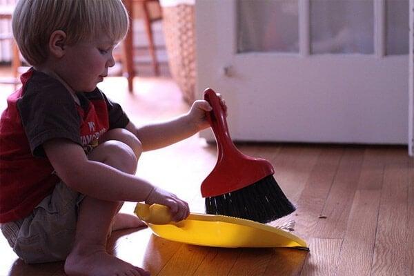 Lapsen opettaminen auttamaan kotiaskareissa