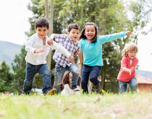 Vanhemmat voivat tukea lapsen karkeamotoristen taitojen kehitystä
