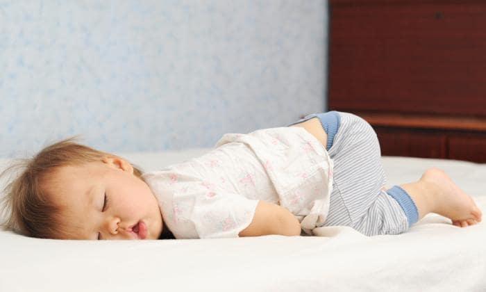 Lapsen voi siirtää nukkumaan omaan sänkyyn vaikka silloin, kun pinnasänky on hänelle jo liian pieni