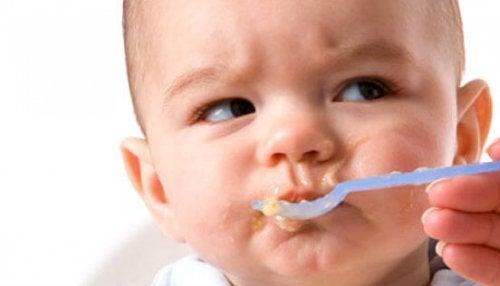 Kuinka toimia, kun vauva kieltäytyy syömästä?