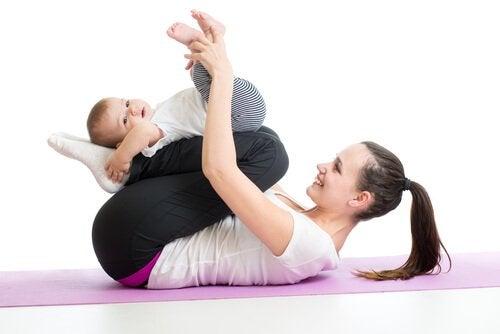 Vauvan lihasten vahvistaminen 10 liikkeen avulla
