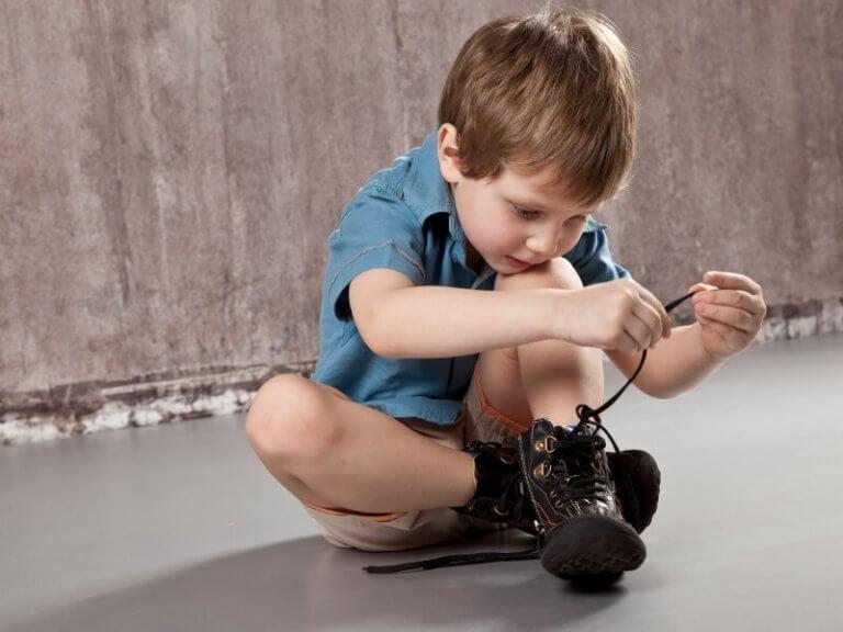 Näin opetat lasta solmimaan kengännauhat
