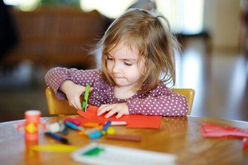 Saksilla leikkaamisen opettaminen lapselle