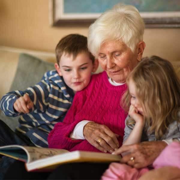 Kun lapset viettävät aikaa isovanhempiensa kanssa, sukupolvien välinen kuilu kaventuu