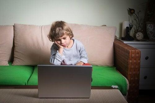 Laiska lapsi tietokoneen edessä
